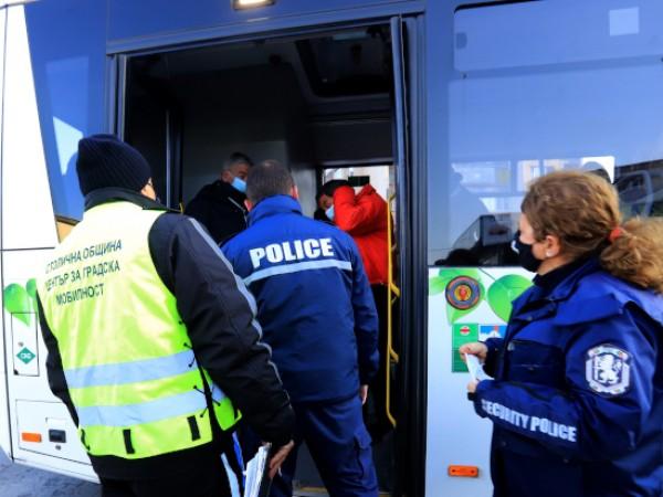 Масови проверки за носене на предпазни маски от пътниците в