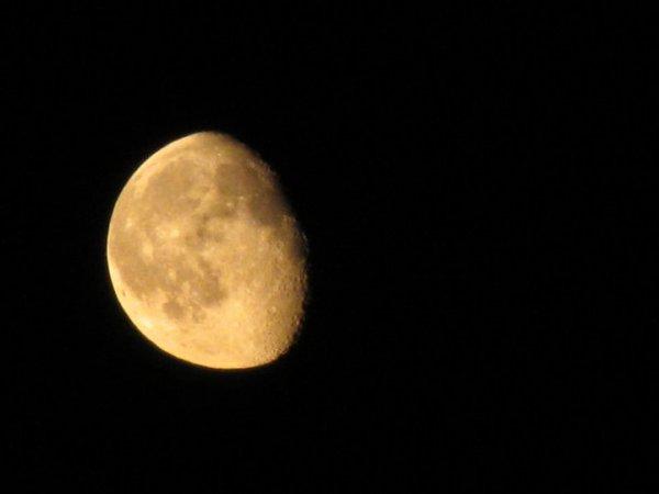 Луната-красива и тайнствена