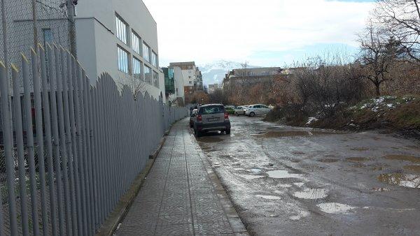 Черен път и дупки на улица след построяване на училище