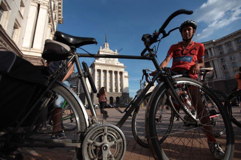 Колоездачи на протест: За безопасни пътища в страната