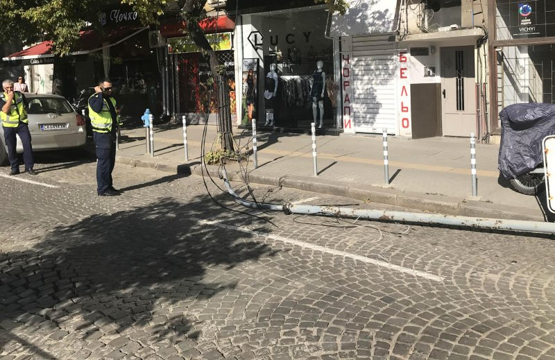 """Електрически стълб падна на булевард """"Македония"""""""