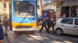 Неграмотно паркиране и трамваи в редица