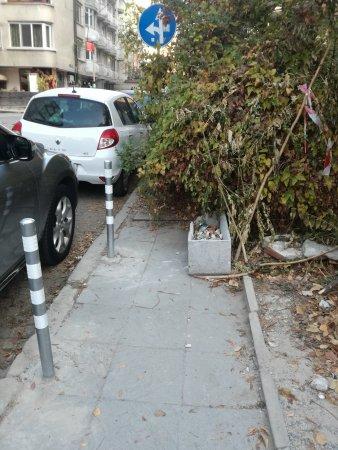Ремонтиран тротоар с колчета, но неизползваем