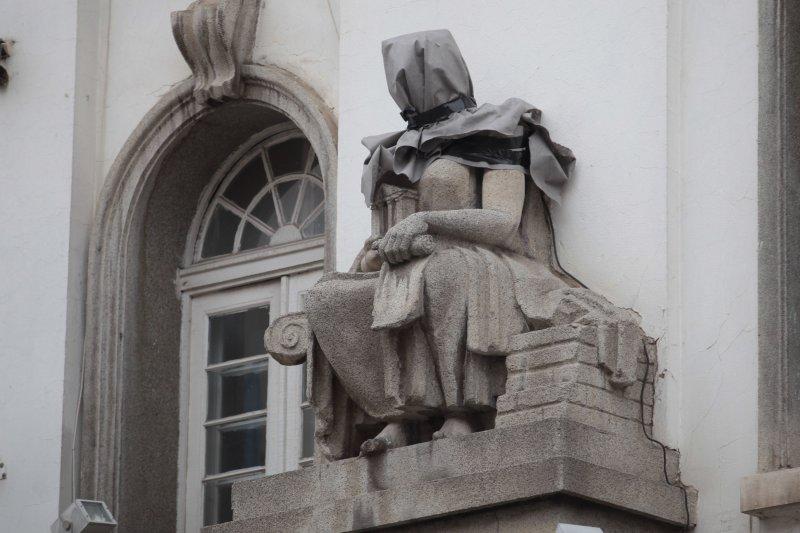 """Статуи като за пред екзекуция. Не издържаха ремонта на """"Графа""""!"""