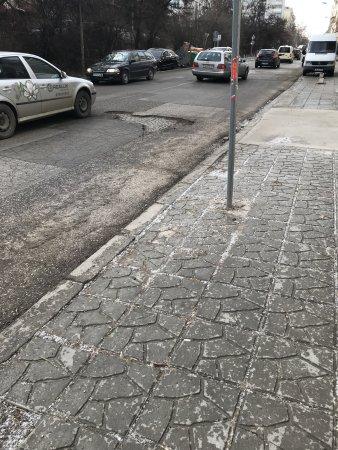 """Дупка на платното в """"престижния"""" квартал Редута"""