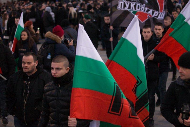 Факли, знамена, момчета в черно... забраненият Луковмарш в София