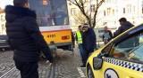 Трамвай отнесе огледало и врата на такси
