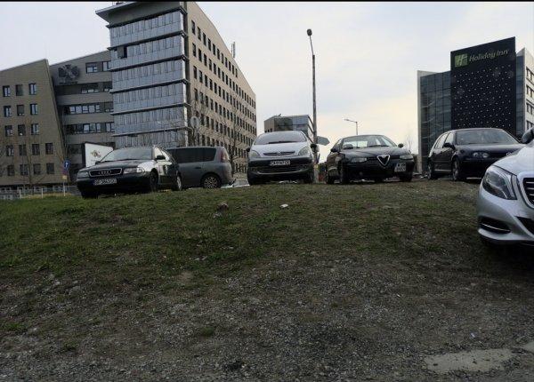 Нелегален паркинг в зелени площи