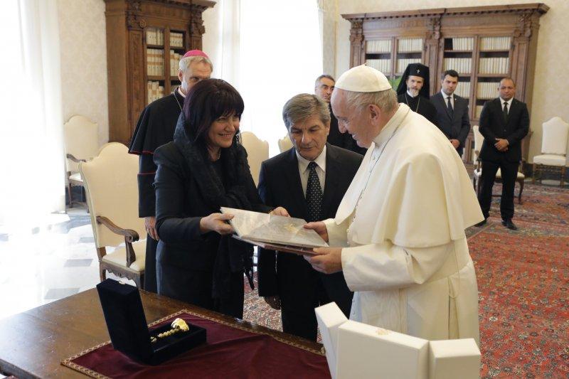 Папа Франциск посрещна Караянчева: Пазете мира, разпространявайте мира!