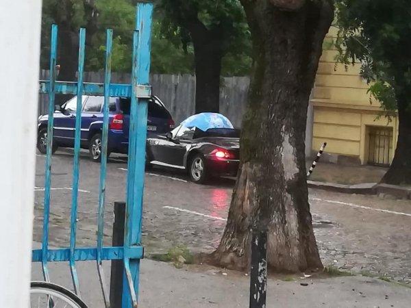 Когато си с кабрио, но дъждът те завали