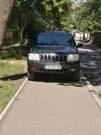 Нагло паркиране изцяло върху тротоара