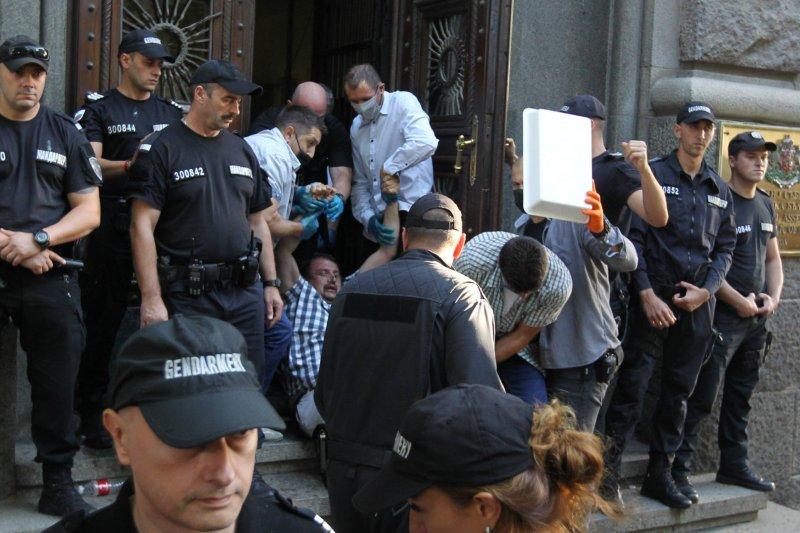 Извеждат протестиращите майка от сградата на Парламента