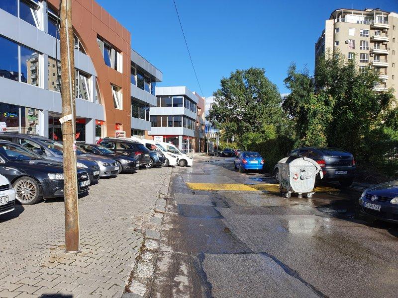 Helpbook сигнали: Тротоари и детски площадки се превърнаха в паркинги