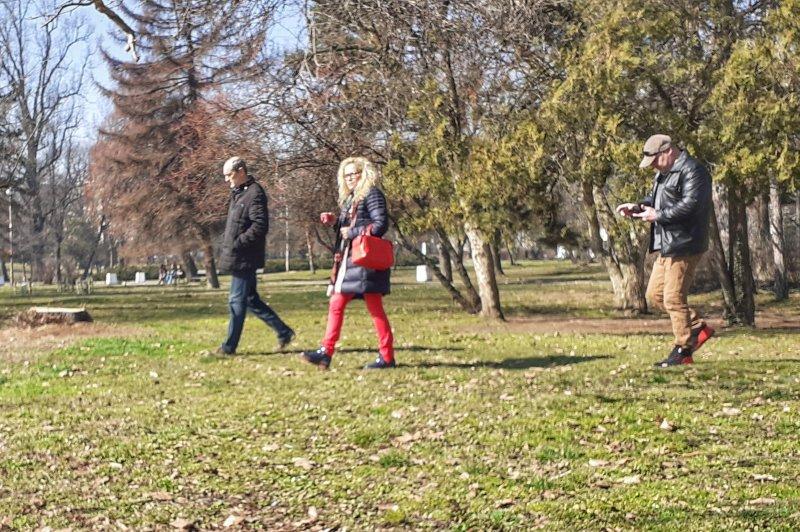 Иванчева се разходи в парк, купи си кафе, пи го на пейка