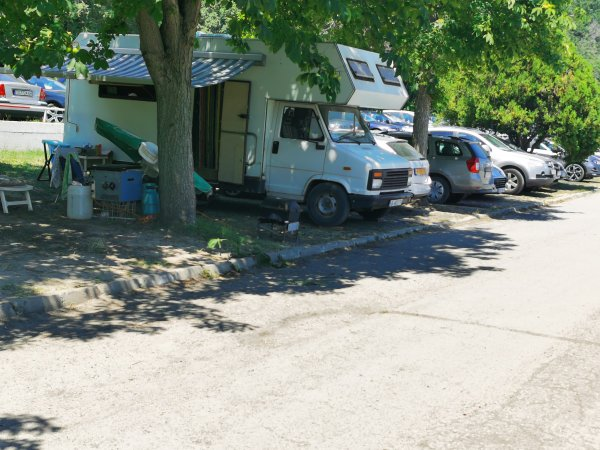 Превърнаха крайбрежната алея в Албена. на караванен паркинг
