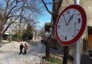Варненец превърна пътен знак в часовник