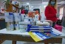 Доброволци на БЧК раздават пакети на нуждаещи се